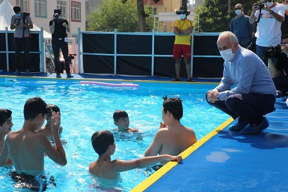 Gültak, Yüzme Havuzundaki Çocukları Ziyaret Etti