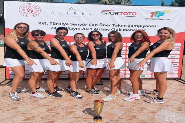 Mezitli Belediyesi Gençlik ve Spor Kulübü tenisçi kadınlar Manavgat'tan şampiyonluk kupası ile dönüyor